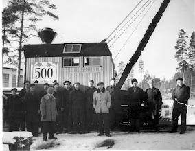 Photo: Reino Näppi ja siirtolaiset Valmetin tehtaalla 1954