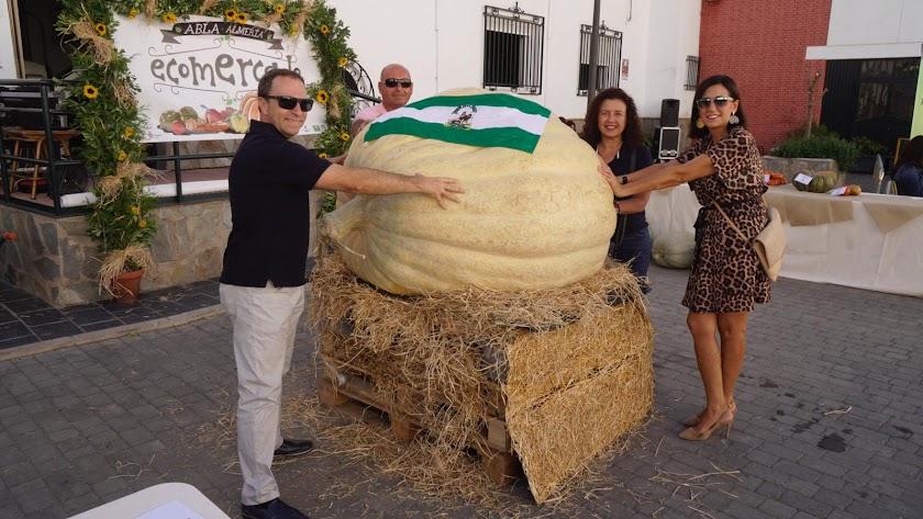 Visitantes con la calabaza más grande de Andalucía: pesa 432 kilos.