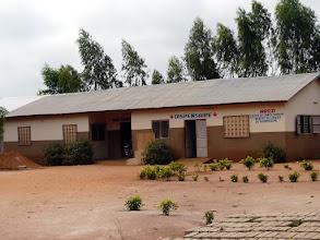 Photo: visite d'un petit centre de santé financé par une française