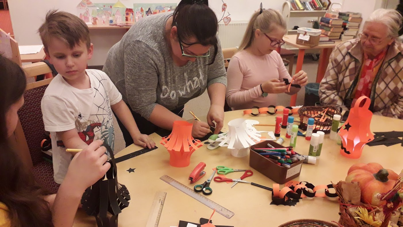 Kézműveskedő gyerekek és felnőttek