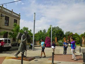 Photo: Le voyageur de bronze à l'entrée de l'alberge Siervas de Maria