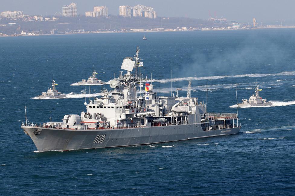 Флагман ВМС Украны фрегат «Гетман Сагайдачный» в окружении бронекатеров «Гюрза».