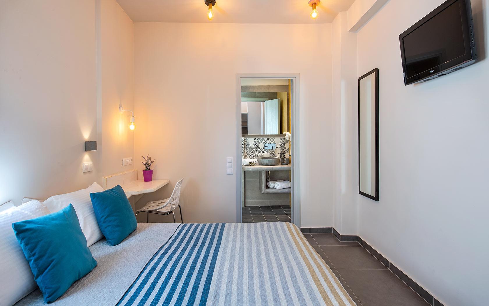 Mẫu phòng ngủ có nhà vệ sinh bố trí nội thất đơn giản.