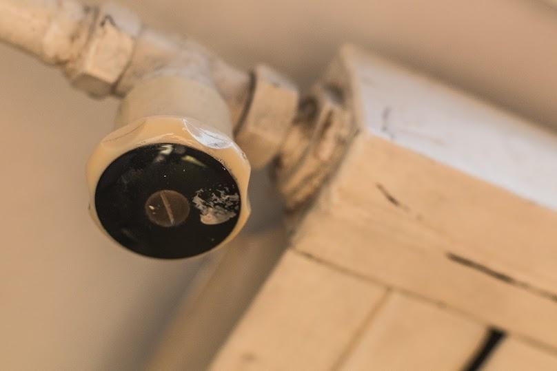 Stary termostat warto wymienić na programowalny lub z systemem inteligetnym, by ograniczyć koszty ogrzewania