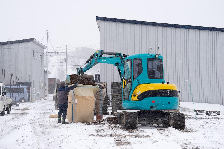 雪の中、作業が進みます