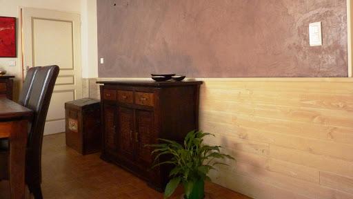 Mariage entre le béton ciré et le bois lasuré dans un séjour de maison moderne