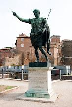 """Photo: Keisari Augustuksen patsas, Forum Romanumin lähellä. """"Isänmaan isä"""" on miehen titteli, mikäli yhtään oikein tulkitsen."""