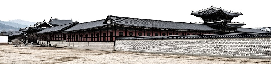 Photo: First stop, Gyeongbokgung Palace, which is surrounded by five-meter-high walls extend over 2,404 meters.