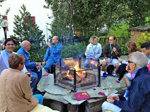 Photo: Vendredi soir, le rallye fait étape à l'hôtel Miramonti à Frabosa (Italie). Une étape de charme, avec un apéritif au coin du feu pourles équipages, en savourant des grands crus piémontais.