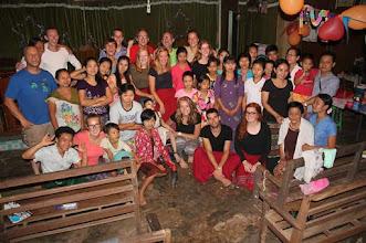 Photo: Anne-Meike en Theo te midden van hun groep en lokale bevolking