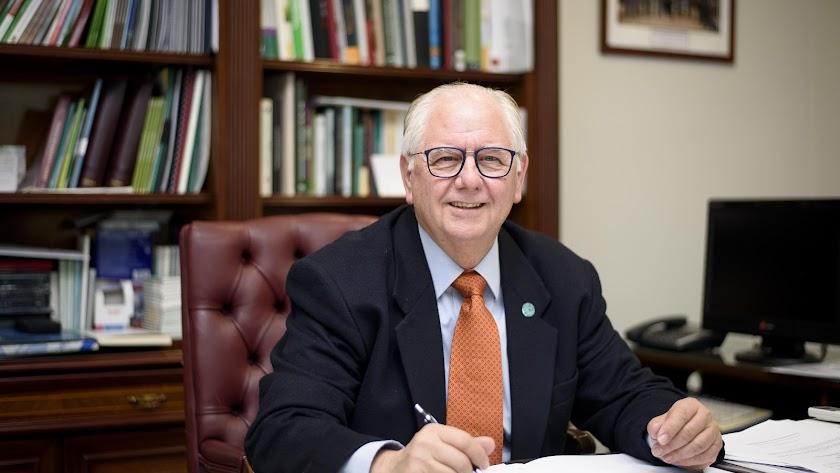 Emilio Gómez-Lama en su despacho en la sede colegial.