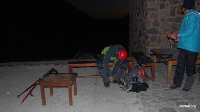 Photo: aun de noche preparando la ascensión