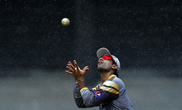 Photo: Pakistan's Mohammad Hafeez catches a ball during a practice session ahead of their fourth One Day International cricket match against Sri Lanka in Colombo June 15, 2012. REUTERS/Dinuka Liyanawatte (SRI LANKA - Tags: SPORT CRICKET)