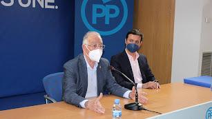 Gabriel Amat junto a Javier Aureliano García en su comparecencia ante los medios.