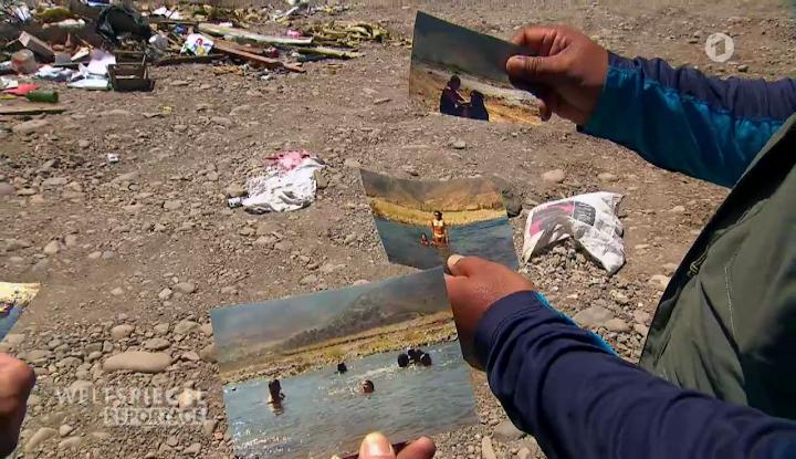 Ausgetrocknetes Flussbett zur Müllhalde verkommen, ins Bild gehaltene Fotos, wie schön es früher aussah.