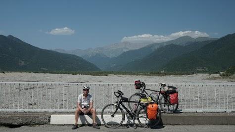 Die Flussbetten am Fuße des Kaukasus sind enorm breit.