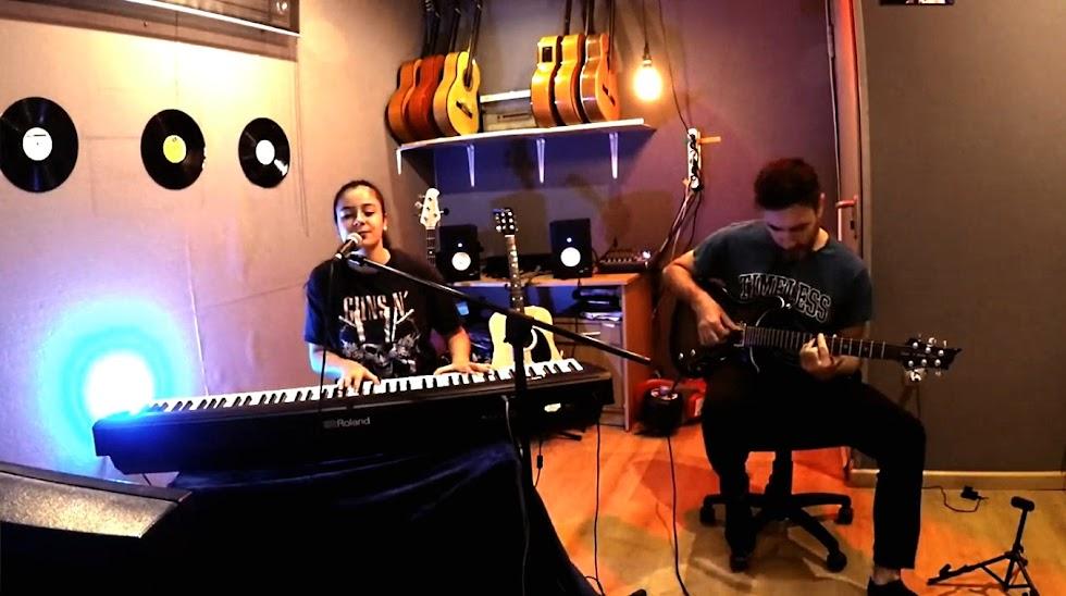La cantante Mar Hernandez y su padre, Francis Hernández, a la guitarra eléctrica.