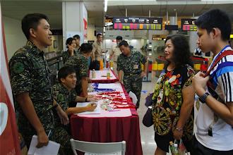 Photo: 今年首辦的「海上生活體驗營」30日辦理報到,學員依序領取迷彩服等裝備。(軍聞社記者蔡宗恆攝)