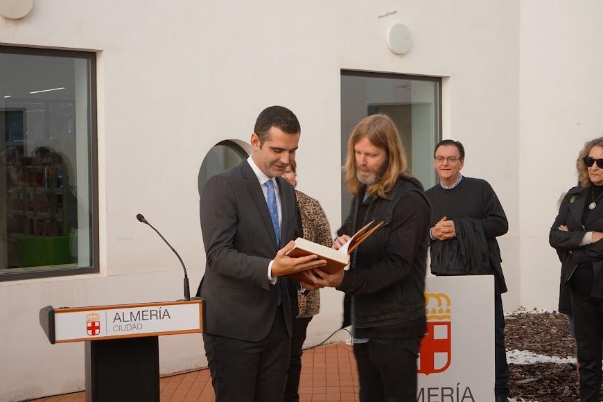 El fotógrafo Chema Artero entrega al alcalde Ramón Fernández-Pacheco el ejemplar de la Constitución cuya edición coordinó su abuelo.