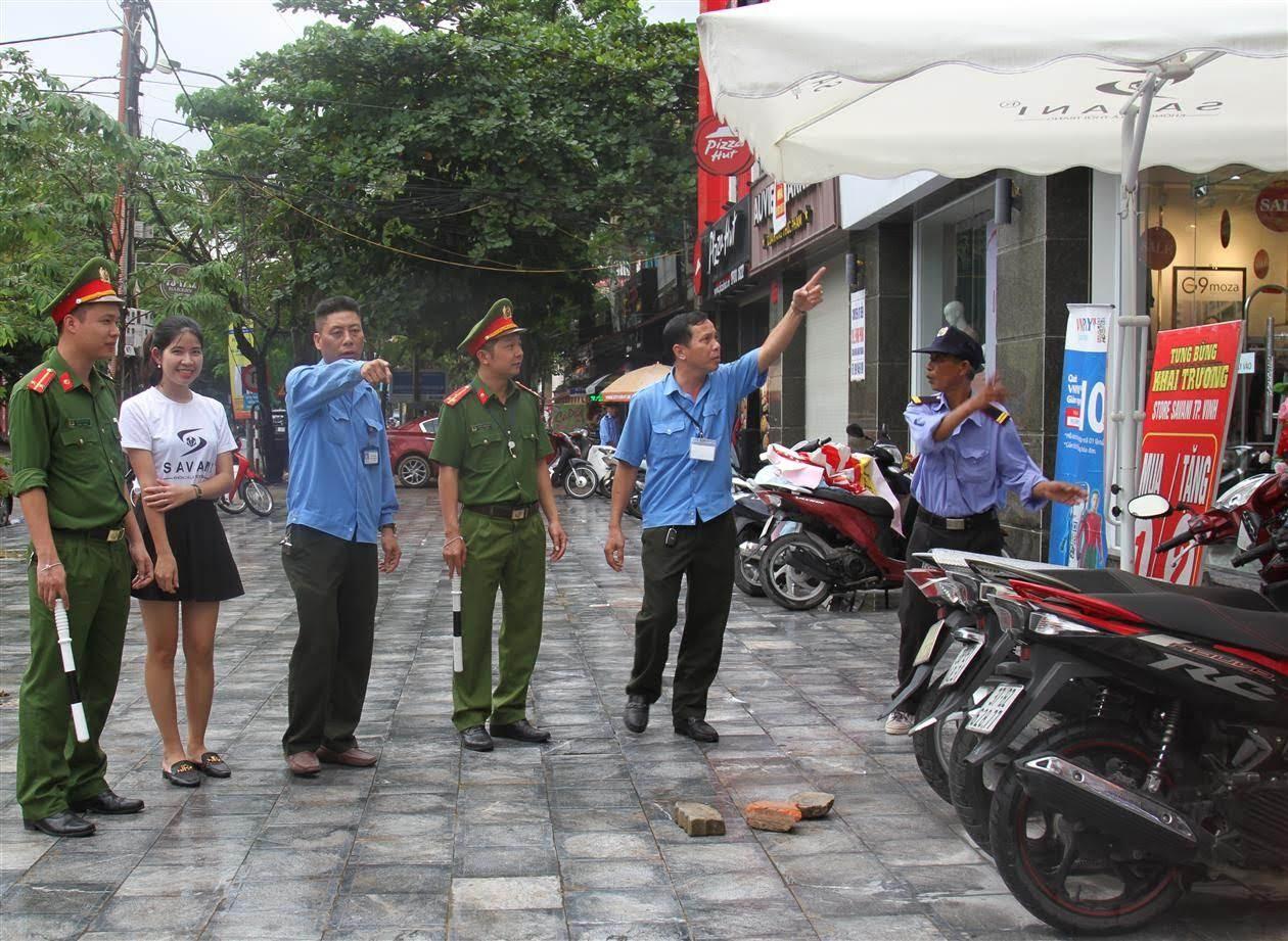 Công an phường Hưng Bình phối hợp với Đội quy tắc đô thị của phường tuyên truyền, hướng dẫn người dân không lấn chiếm vỉa hè hành lang ATGT