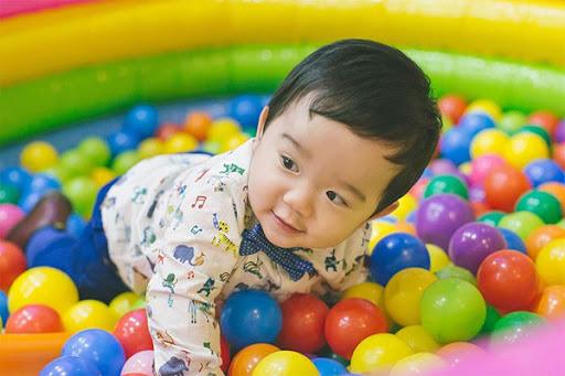 Bé con của bố mẹ có thể giao tiếp với bạn một thời gian dài trước khi con có thể nói từ đơn đầu tiên. Tiếng khóc, nụ cười và phản ứng của con giúp bố mẹ hiểu nhu cầu của con là gì. Bố mẹ cần học cách giao tiếp với trẻ và biết phải làm gì khi có những lo lắng liên quan tới sự chậm trễ trong quá trình phát triển của con.
