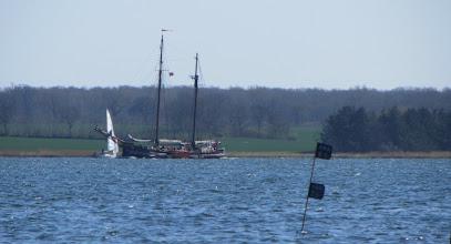 Photo: die Schiffer hielten sich mit ihren Booten auffällig weit am gegenüberliegenden Ufer