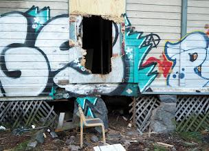 Photo: Tuosta reiästä seinässä, kiiveten huteran tuolin avulla siihen, uskaltauduimme sisään!