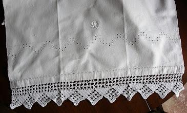Photo: terzo asciugamano con motivo a sfilature e cifra