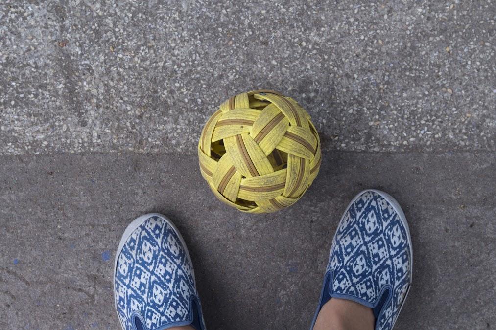 Мячик вблизи - какой-то то ли соломенный, то ли пластиковый, и при ударах странно шуршит :) Еле удержалась...