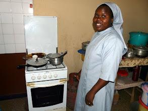 Photo: et de poser, après un délicieux repas improvisé, devant la gazinière offerte par le CTM voici 15 ans ! Merci ma soeur !