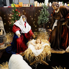 Holy family by Sámuel Zalányi - Public Holidays Christmas ( shop, kevelaer, 3 magi, window, holy family, germany,  )
