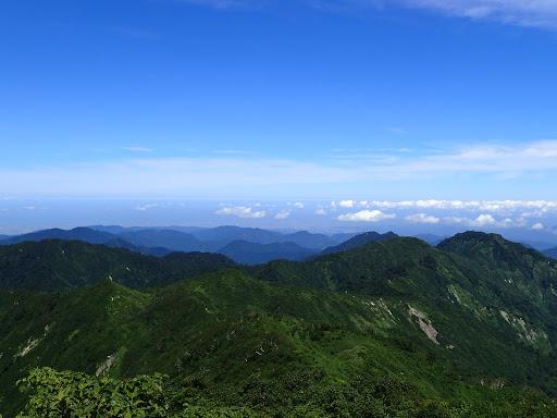 北側の展望(奈良岳・見越山など)、奥は金沢