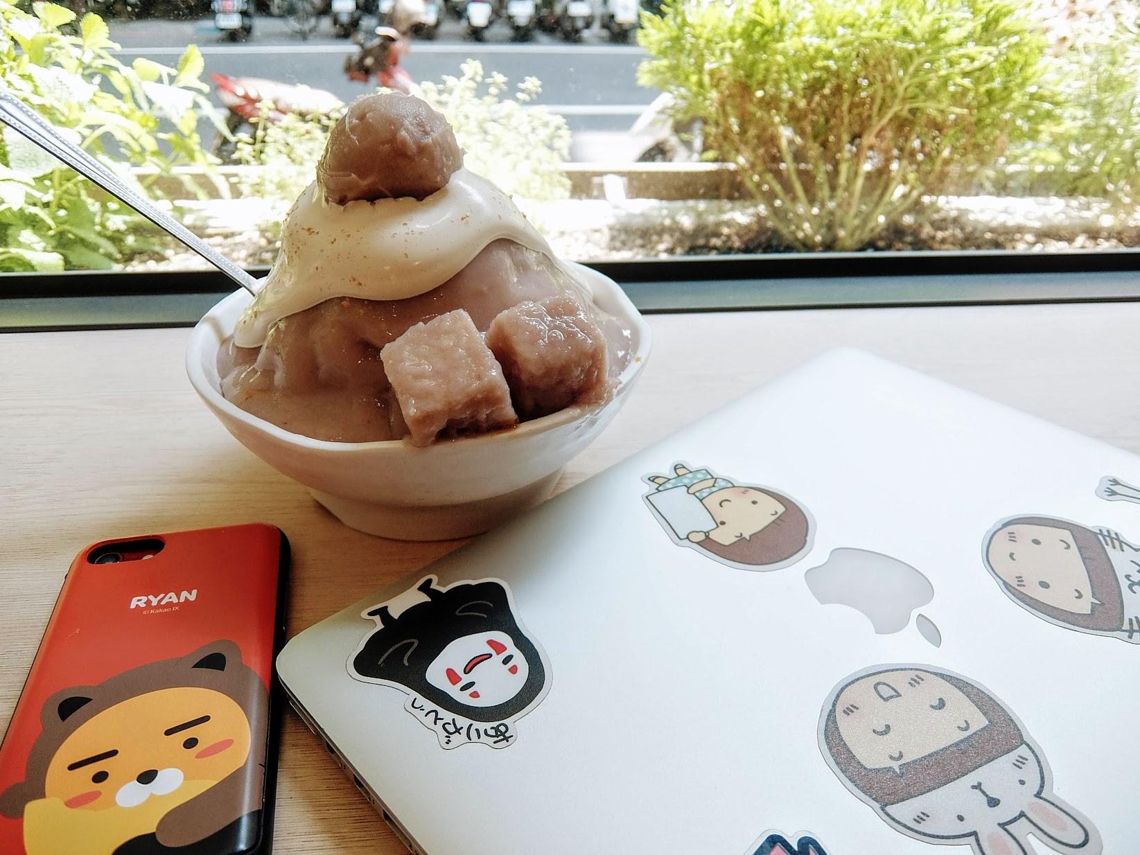 黃金海鹽奶蓋芋頭冰!! 今天讓我來個文青之旅吧! 用個mac+這個芋頭冰來度過下午時光