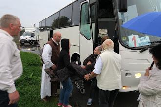 Photo: Nakladanie chorých do autobusu