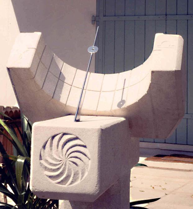 Cadran solaire équatorial taillé en pierre