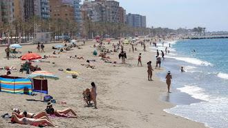 Bañistas en la playa de Almería, esta semana.