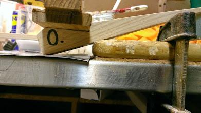 """Photo: Princip af bundstok. Her ses, hvordan bundrammen ligger i """"hakket"""""""