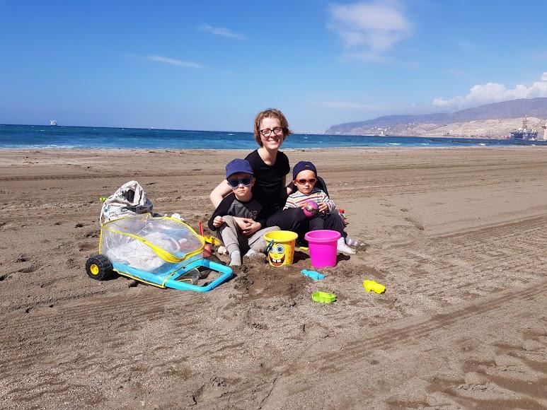 Ganas de verano. Rafael Antonio (1), Josep (3), y Violeta, en la arena.