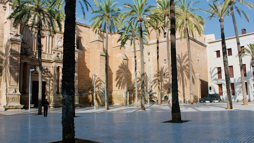 La Plaza de la Catedral es un lugar de paso para la ciudad y un buen escenario para las fotos de los turistas.