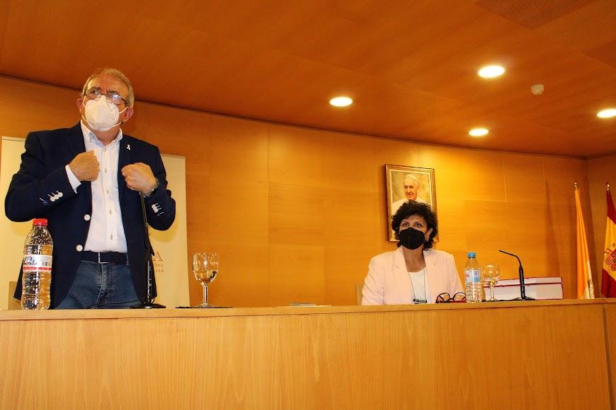 El conferenciante Antonio Bonilla y su presentadora, Carmen Navarro.