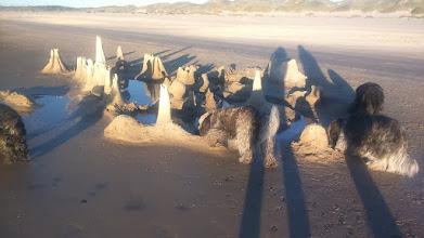 Photo: ein interessantes Kunstwerk am Strand - die Flut hat aber schon daran 'genagt'