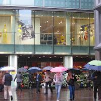 Shopping sotto la pioggia di