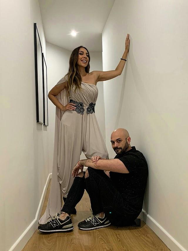 Sergi Regal junto a Mónica Naranjo que luce uno de sus diseños.