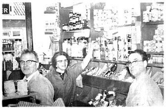 Photo: Jaren 60 :  Fam. van Nunen in 't Rooi Winkeltje aan de Liesbosstraat