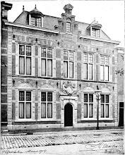 Photo: Het nieuwe pand in 1904 aan de Amsterdamse Veerkade nr. 15 met het poortje uit het oude pand aan de Grote Halstraat