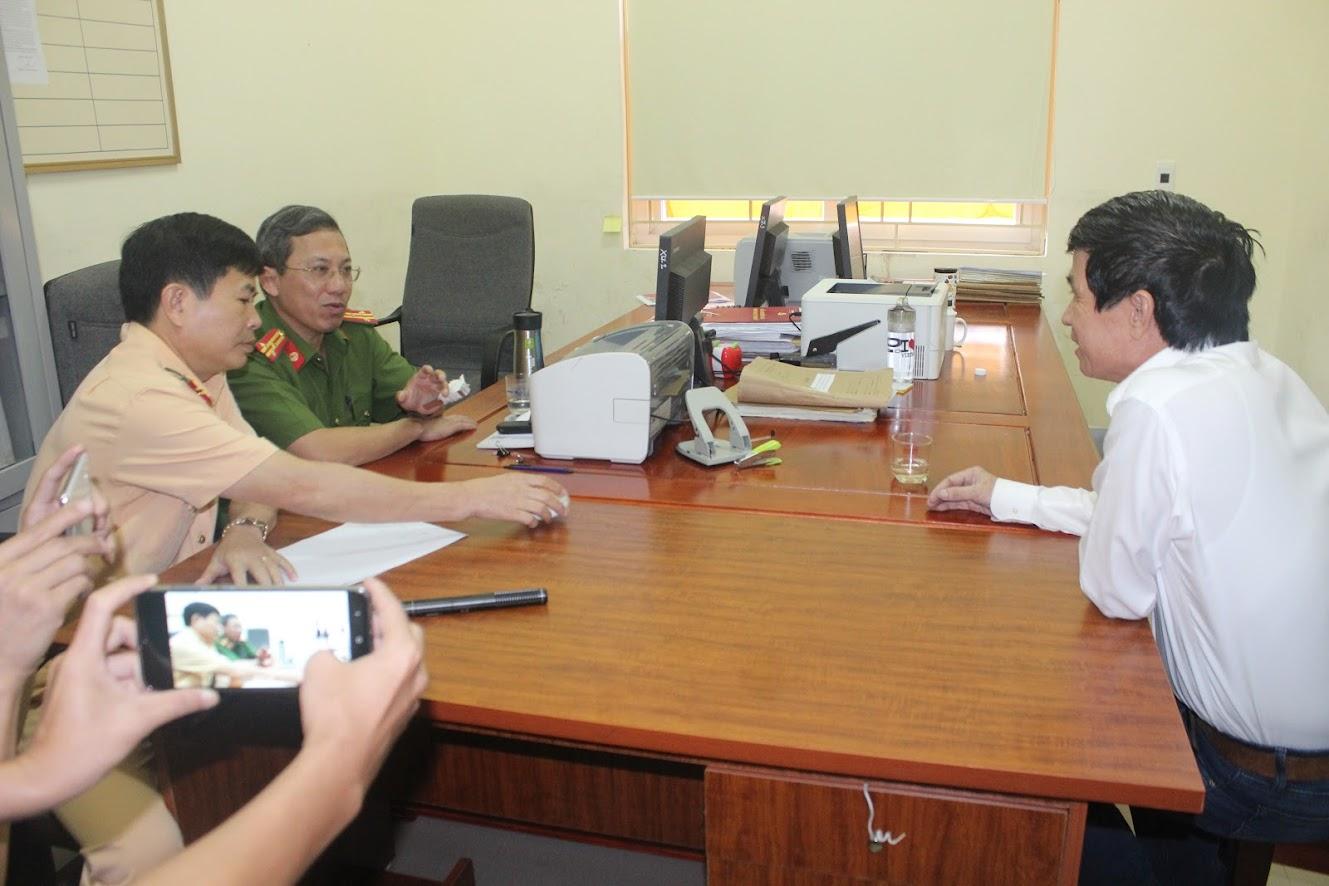 Lãnh đạo Công an TP Vinh và Phòng CSGT Công an tỉnh làm việc với tài xế Nguyễn Bắc Vĩnh