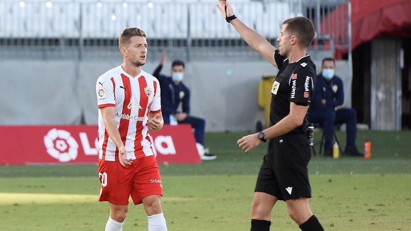 Iván Balliu con Ávalos Becerra que pitó el Almería-Sporting (0-1).