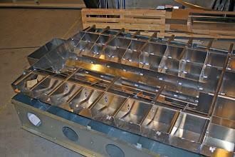 Photo: Bagerste del af spantekonstruktionen hæftet fast til bunden.