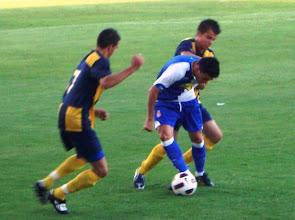 Photo: Marc Vila y Alex presionando a Javi Márquez del Espanyol.