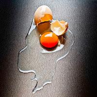 Il passato è un uovo rotto, dentro e fuori. di